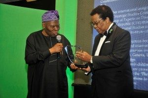 Dr Christopher Kolade presents the award for outstanding contributions to Nigerian's international relations to  Professor Bolaji Akinyemi